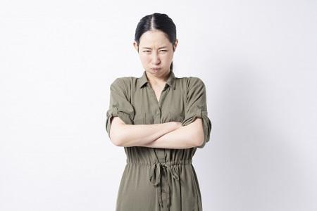 デリケートゾーンの黒ずみを治したいと怒る女性